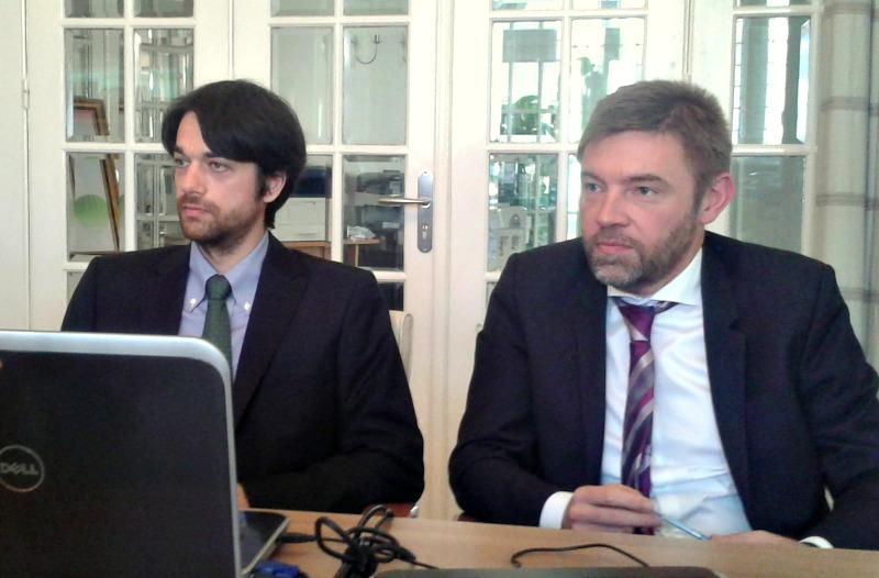 Dan Popovici, CEO la OTP Asset Management (in dreapta), alaturi de directorul de investitii, Dragos Manolescu, la intalnirea cu jurnalistii in care au fost prezentate rezultatele fondului OTP Premium Return, la un an de la lansare